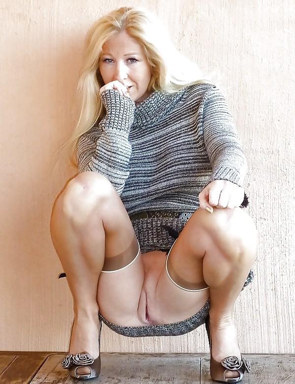 Зрелая блондинка на полу засветила голой пиздой - порно фото