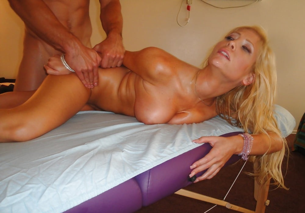 Симпатичной русской блондинке массажист пристроил пенис
