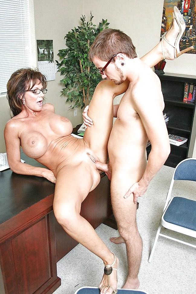 Зрелая Трахнулась С Молодым Порно