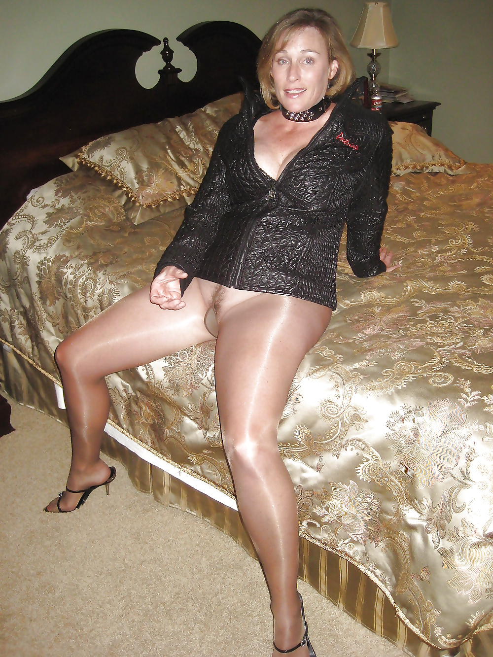 Pics of mature woman in pantyhose — pic 8