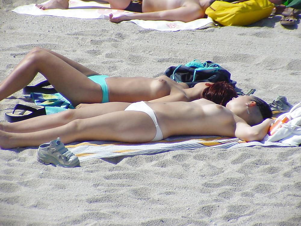 seks-leto-zhara-more-devchonki-zagorayut-topless-foto-i-video-pornograficheskie