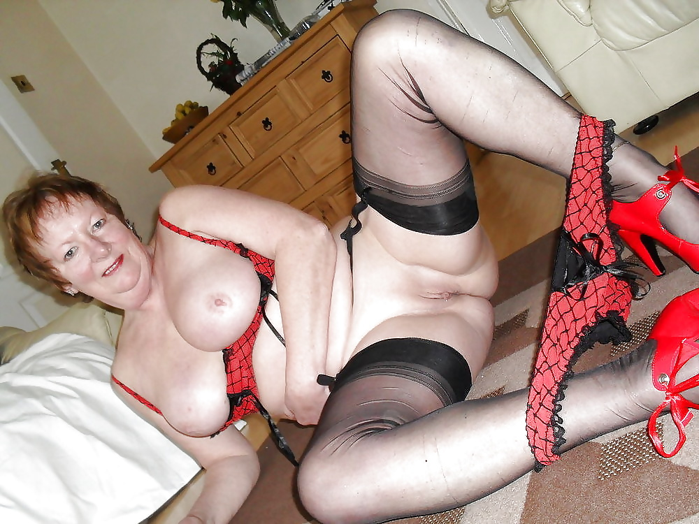 Mature english lady plays with herself
