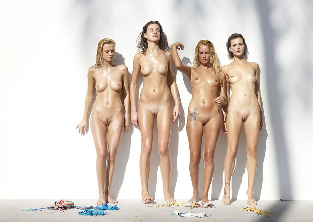 A Group Of Art Students And A Nude Female Model In A Traditional Life Stock Photo