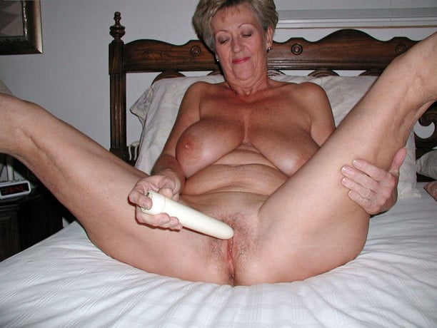 wemen-grannies-use-a-dildo