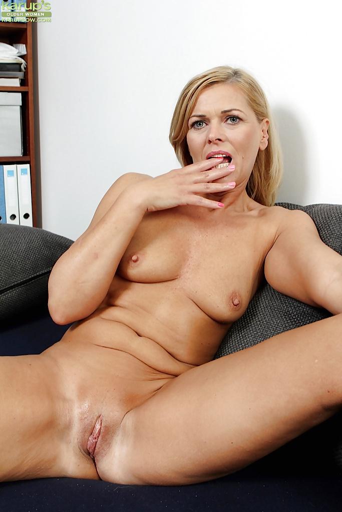 mulligan-milf-galleriestures-hand-in-her-pants-nude