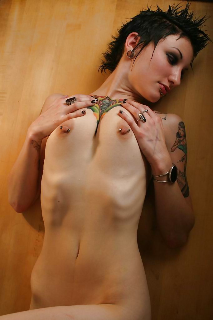 Nude skinny goth chick — pic 1