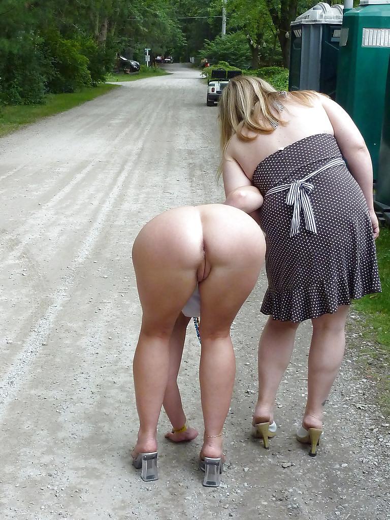 Пухлая попка гуляет на улице видео — photo 9