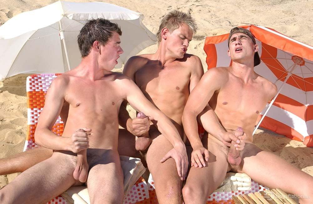 Голые парни трахаются на пляже порно актрисы
