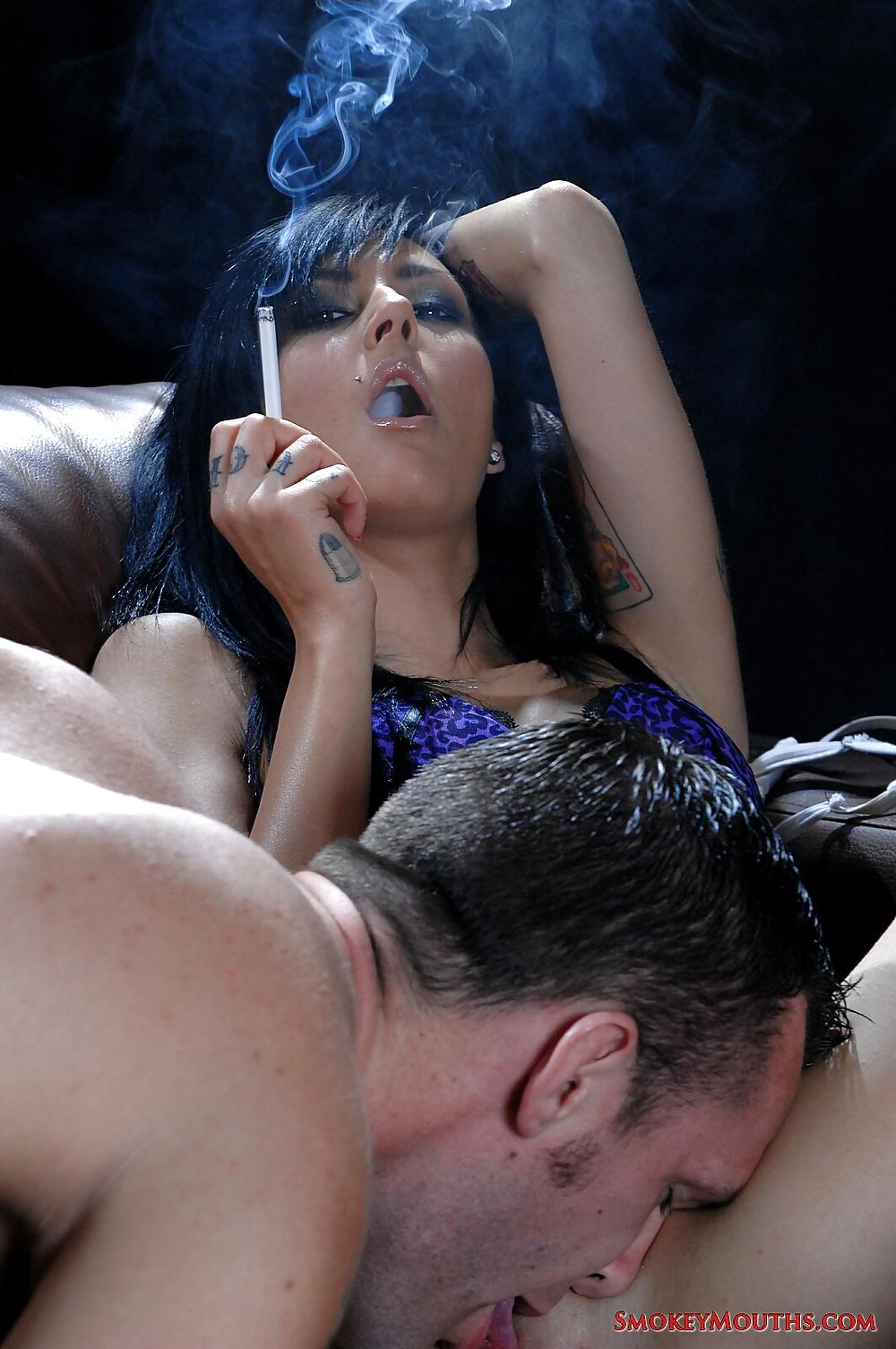 Коленно локтевой женщина курит на диване порно фото русские