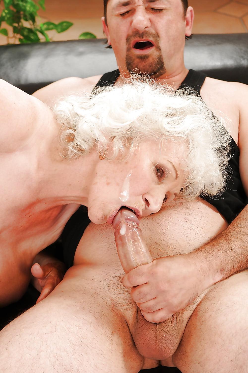 Порно старая женщина пьет пьет сперму у молодых ребят, фото-очень большой клитор