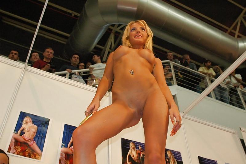 Самая совсем голые телки на сцене девушки
