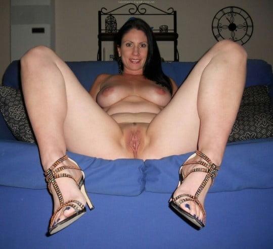 Voyeurchamp exhibitionist wife nikki shows ass