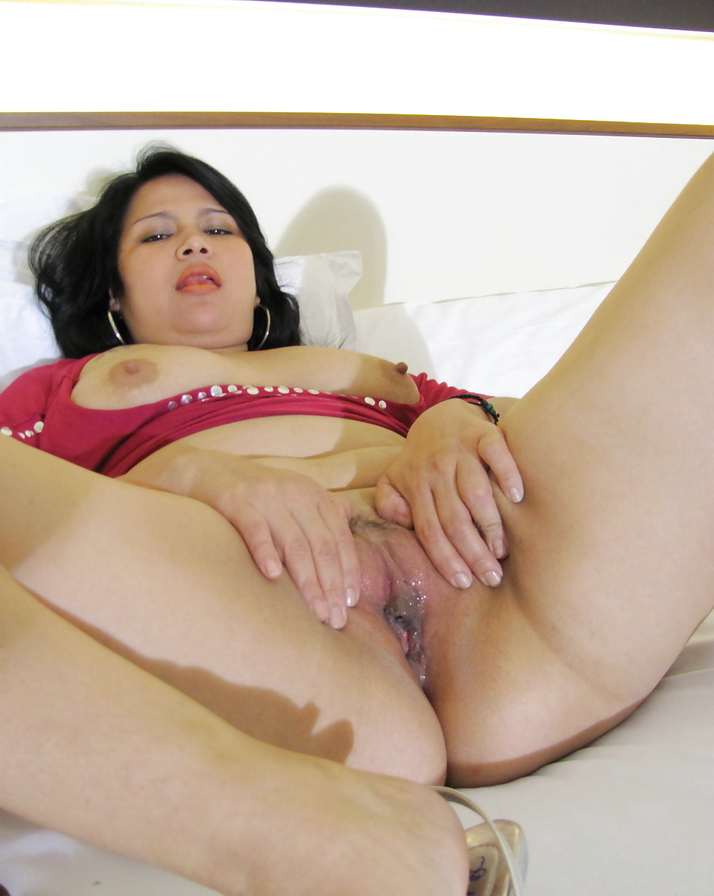 womens-playing-with-her-pussy
