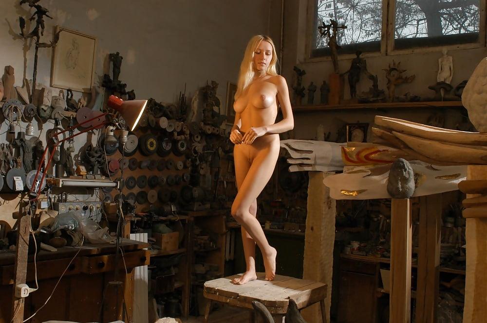 условный рефлекс, голые девушки в мастерской фотографиях как