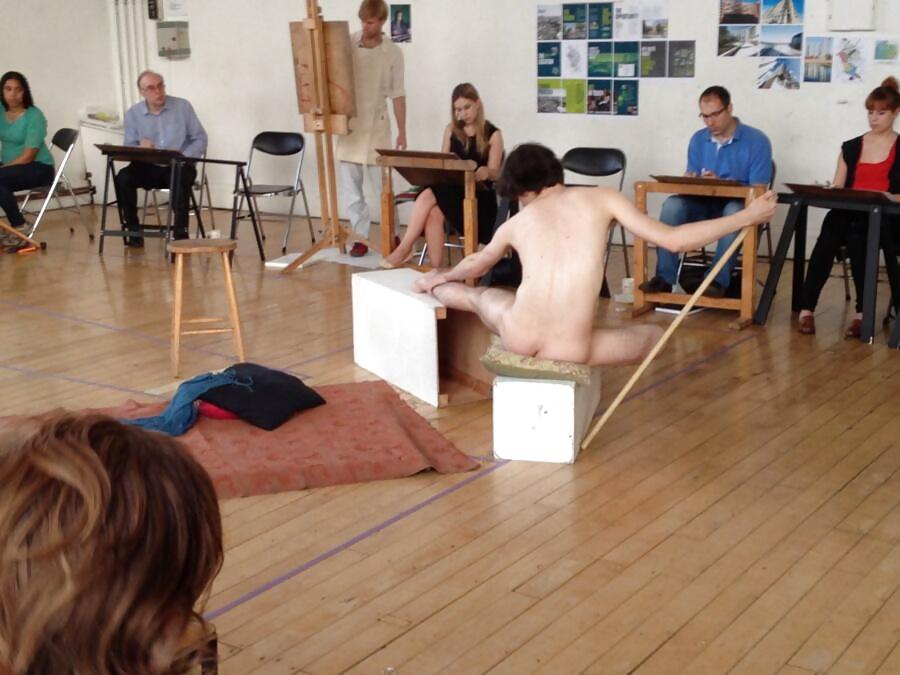 Pose nude art class