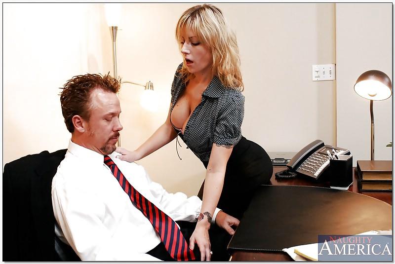 Начальница соблазняет девушку — photo 5
