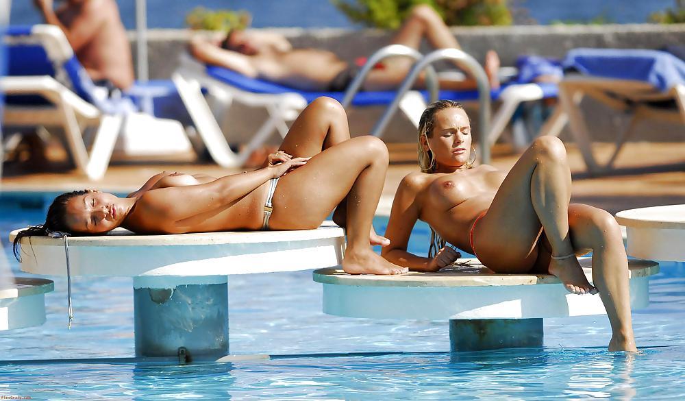 эро фото с потерянного фотоаппарата около бассейна топлесс
