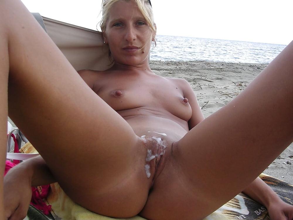 Женский нижнее баба лежит на пляже пизда вся в сперме