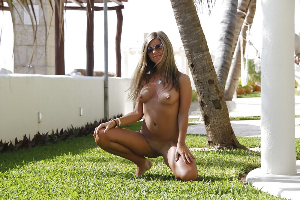 Девушки без трусов на отдыхе на курортах