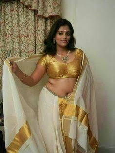 Hot aunties and side boobs - 34 Pics