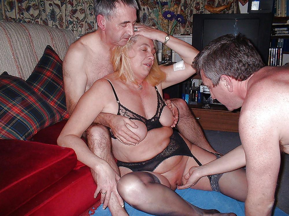 Старая блядь трахается с парнем, смотреть домашний секс втроем видео онлайн