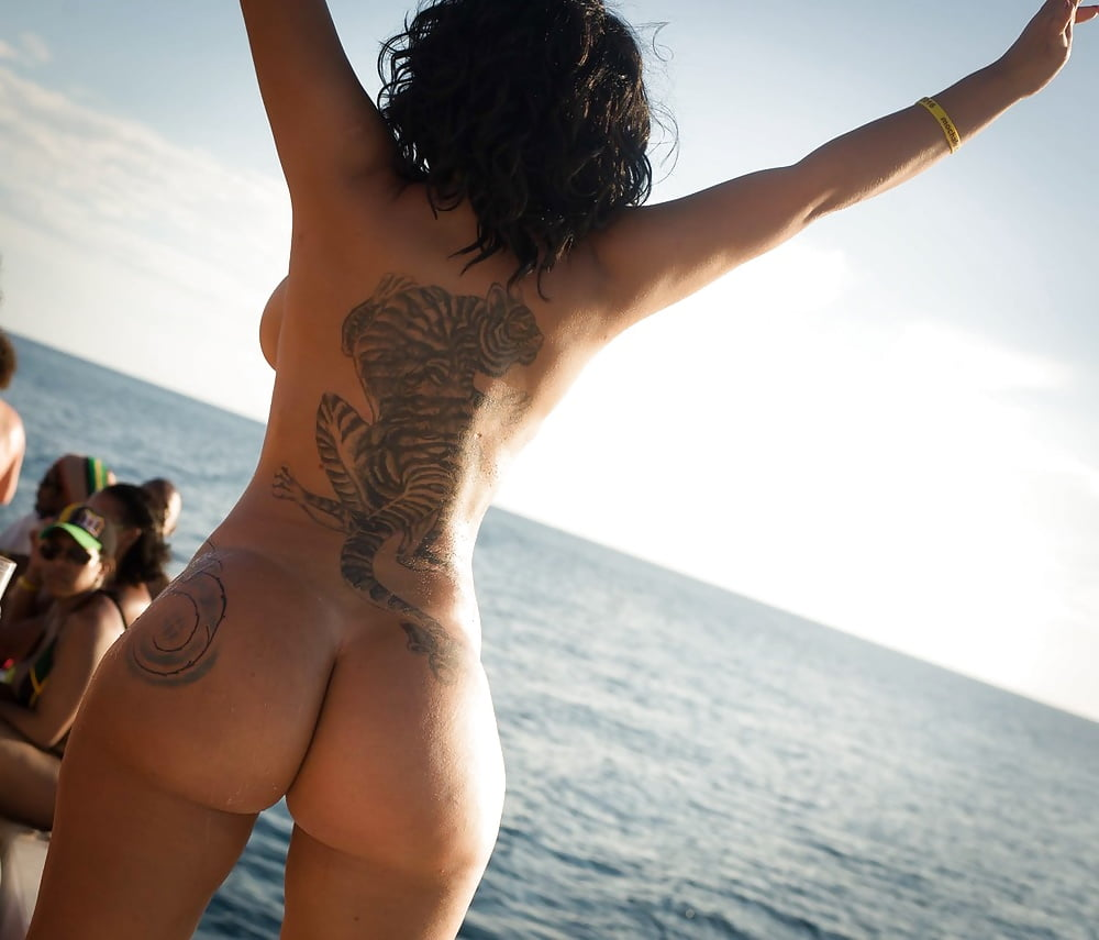 extremely-hot-girls-with-tattoos-on-beach-nude-suck-pussy