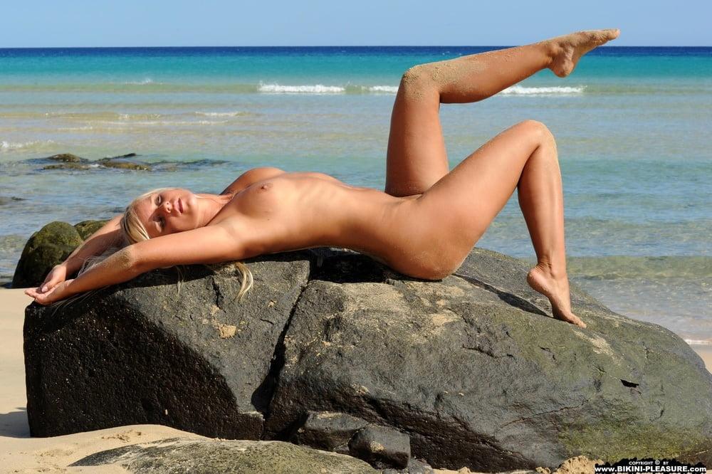 striptiz-na-plyazhe-onlayn
