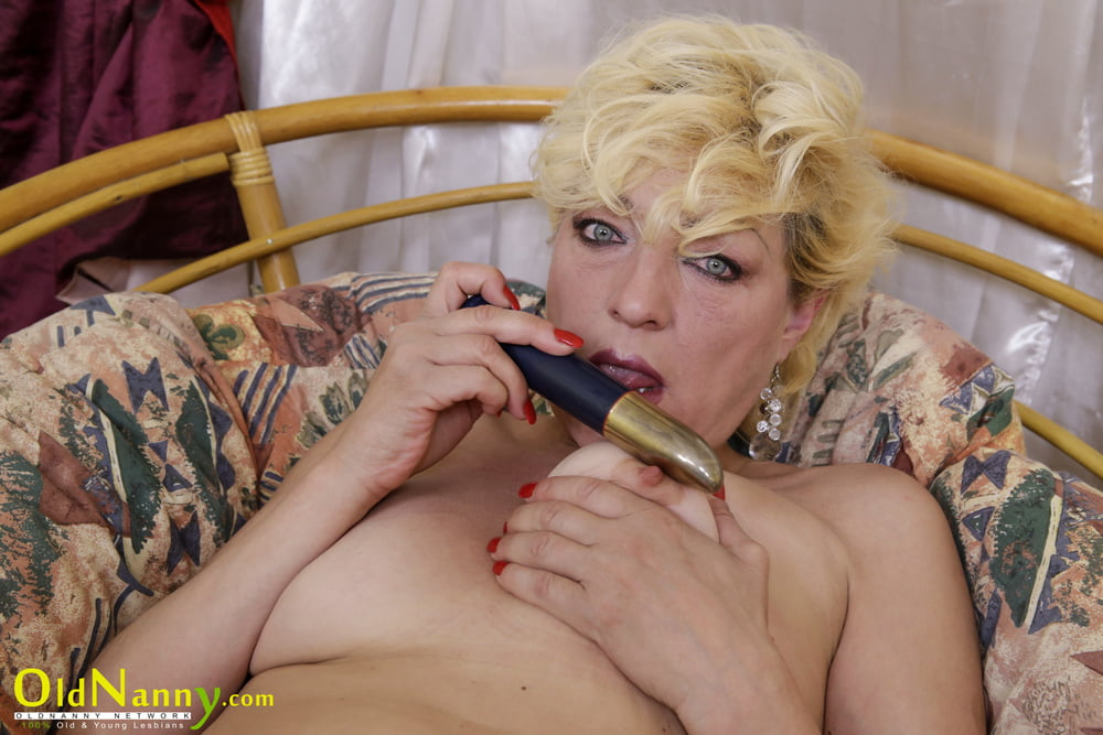 Sexy Older Woman Playing With Her Juicy Pussy - 17 Pics