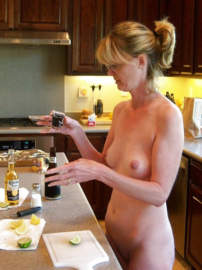 Моя жена голая на кухне