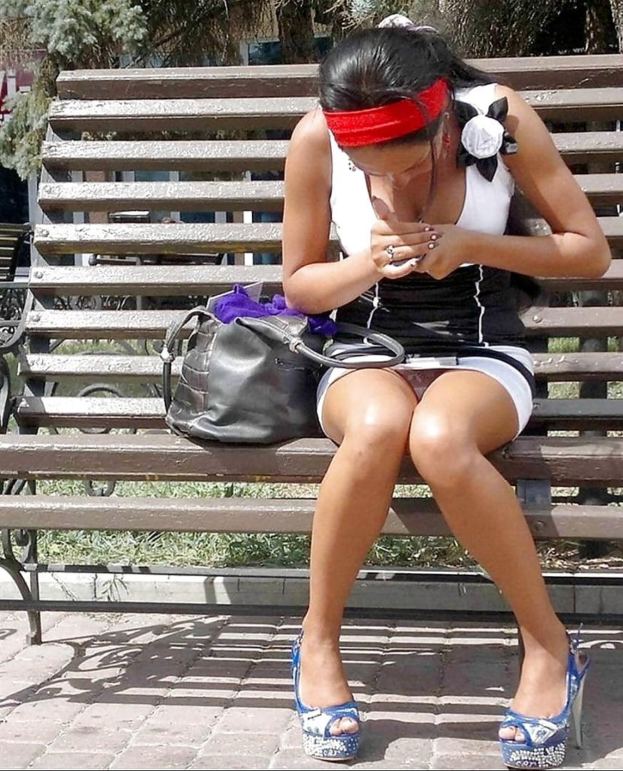 Девушка сидит на корточках в коротких шортах, голая настя каменских ее сиськи