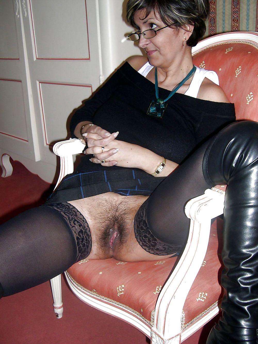 порно фото зрелых под юбкой прогибает спину приподнимая