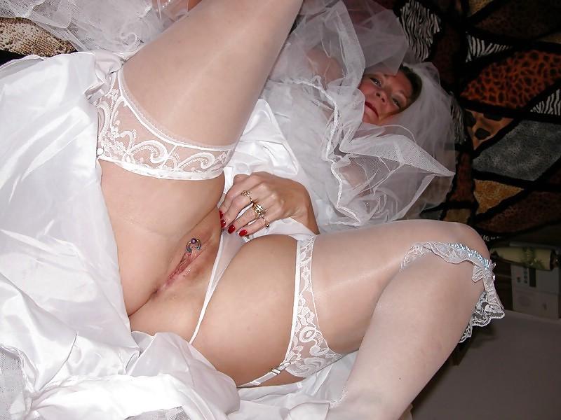 Девушки пизда под платьем невесты пьяной видео мучают