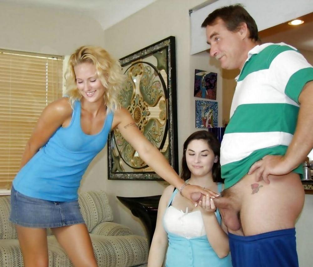 парень показывает свой член девкам таком