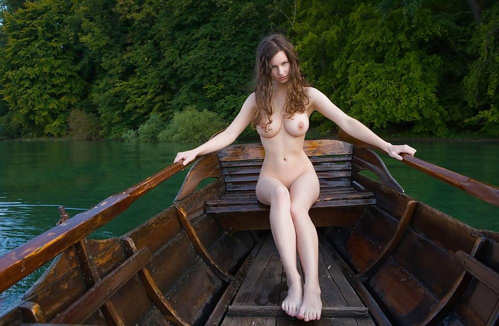 сиськи на лодке - 8