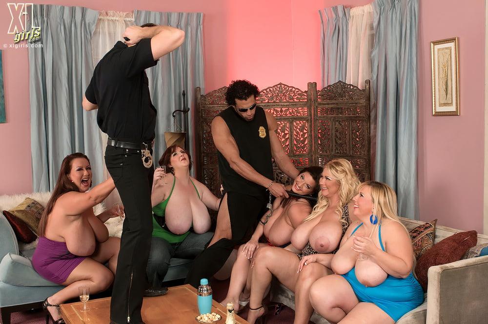 Порно толстые в одежде, снимают писающих в туалете скрытой камерой видео