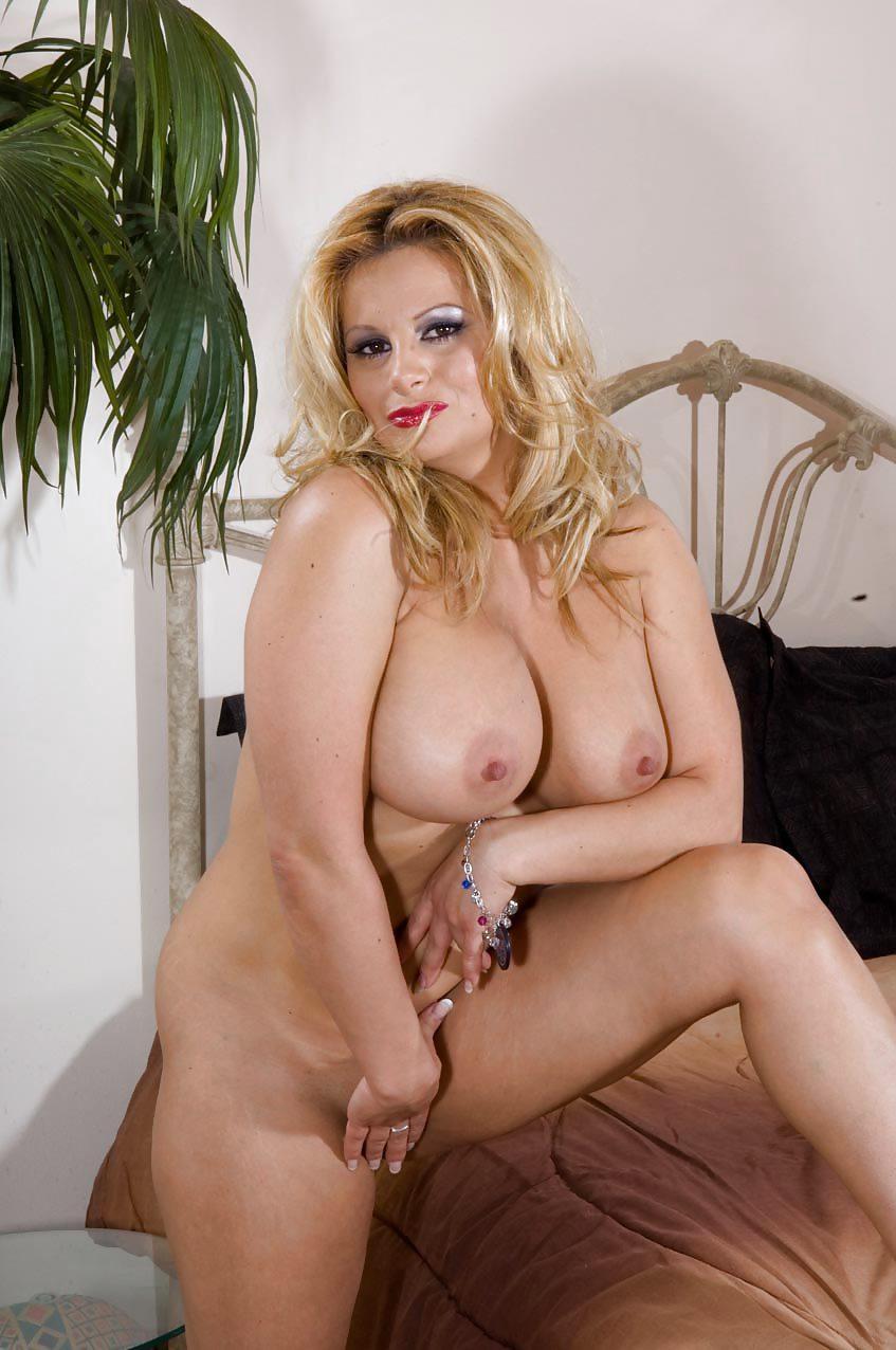 naked-linda-friday-sex-man-kiss
