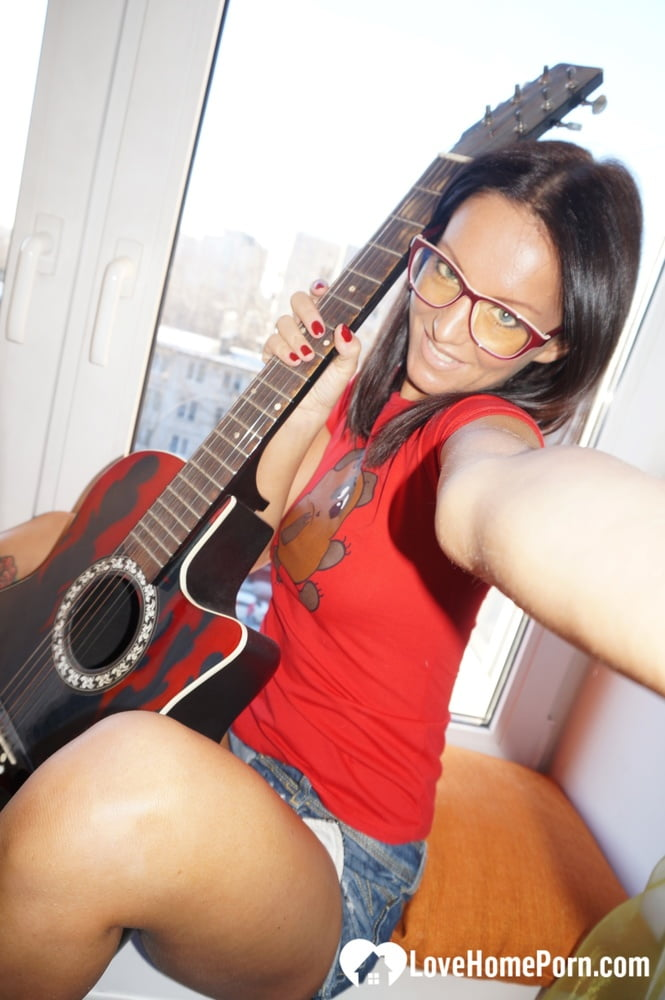 Naughty guitarist shows off her good bits