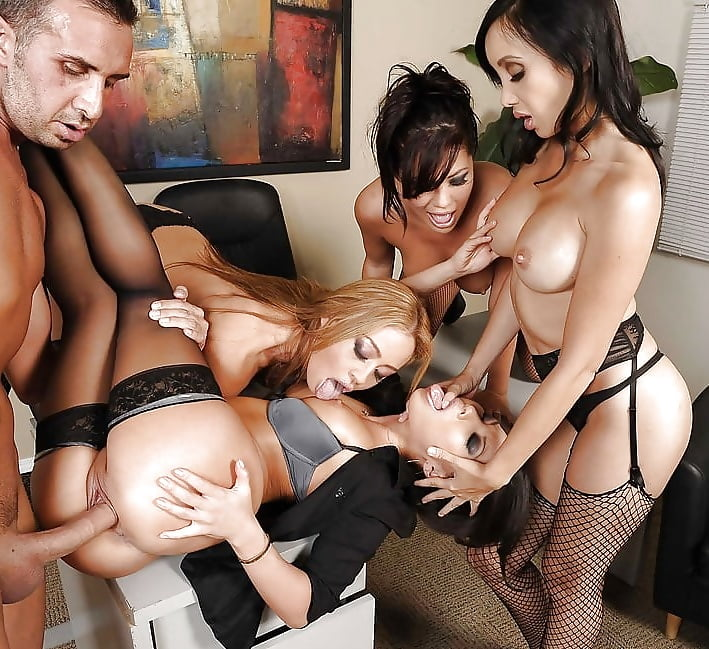 секретарши групповое порно пошли столе