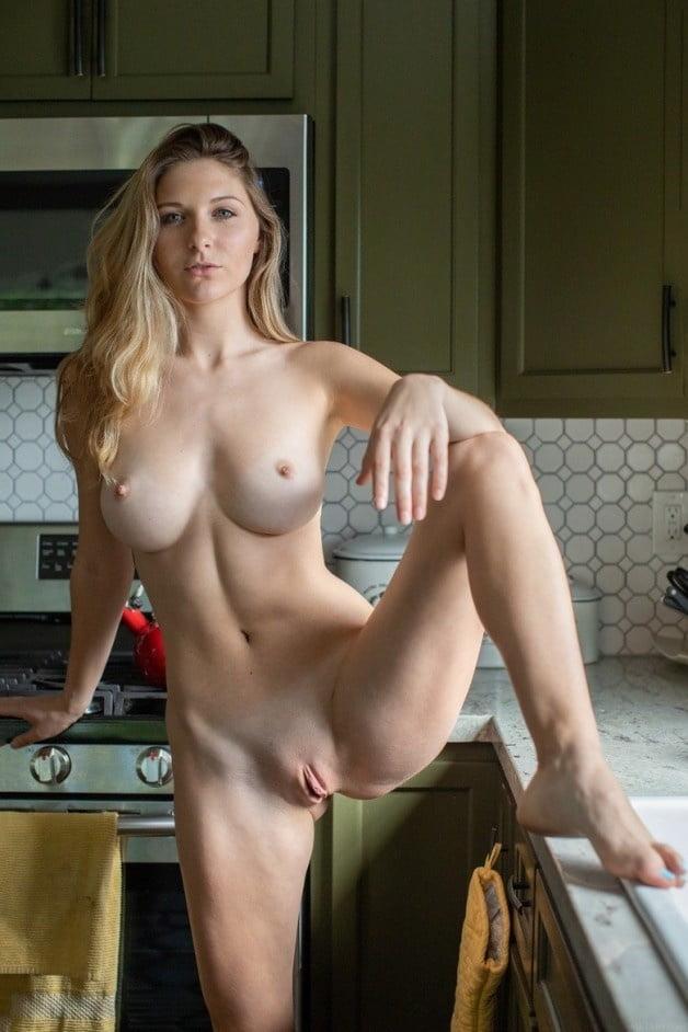 Masturbation avec de la pâte à modeler.