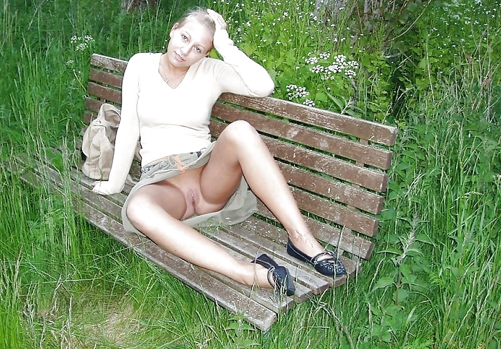 В парке сидела женщина с раздвинутыми ногами без трусов #6
