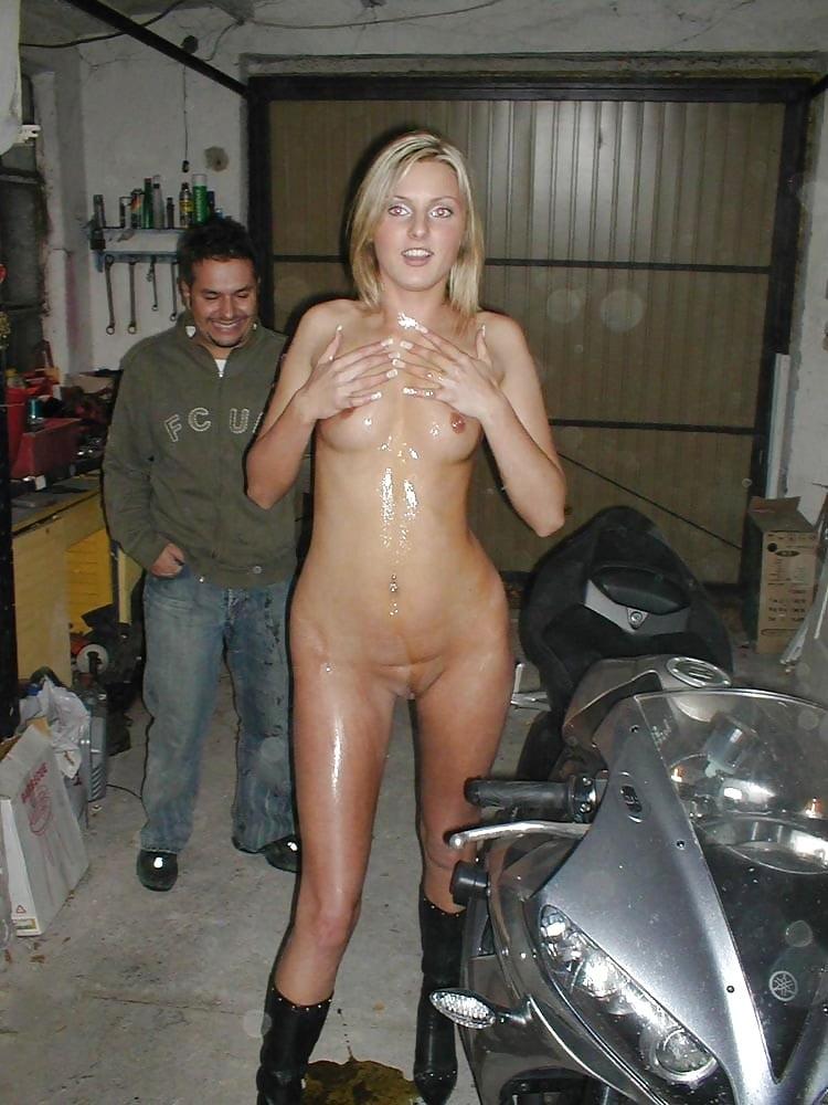 Perras desnudas y motocicletas