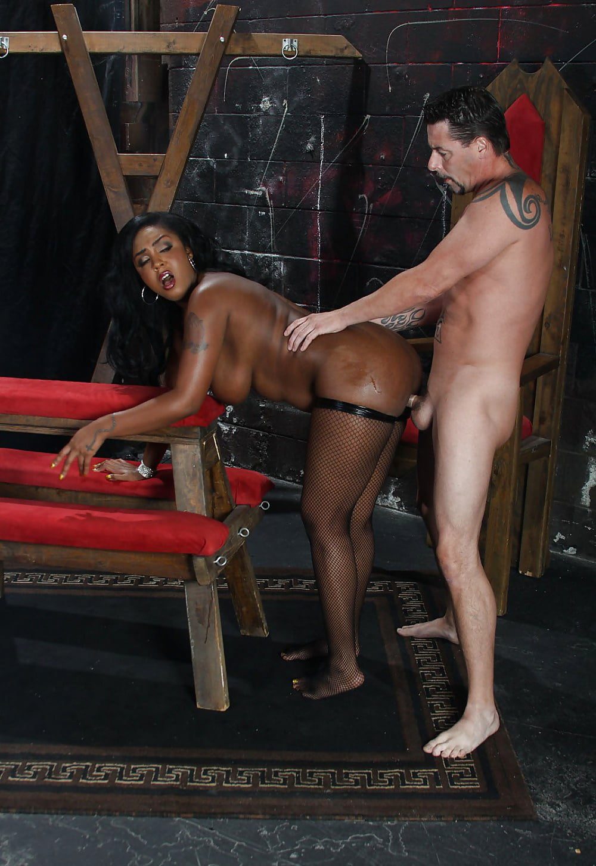 Трахнул рабыню негритянку, толстая жопа на кухне