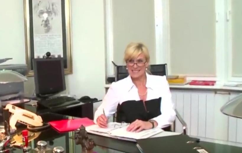 Tante Uschi im Büro überrascht