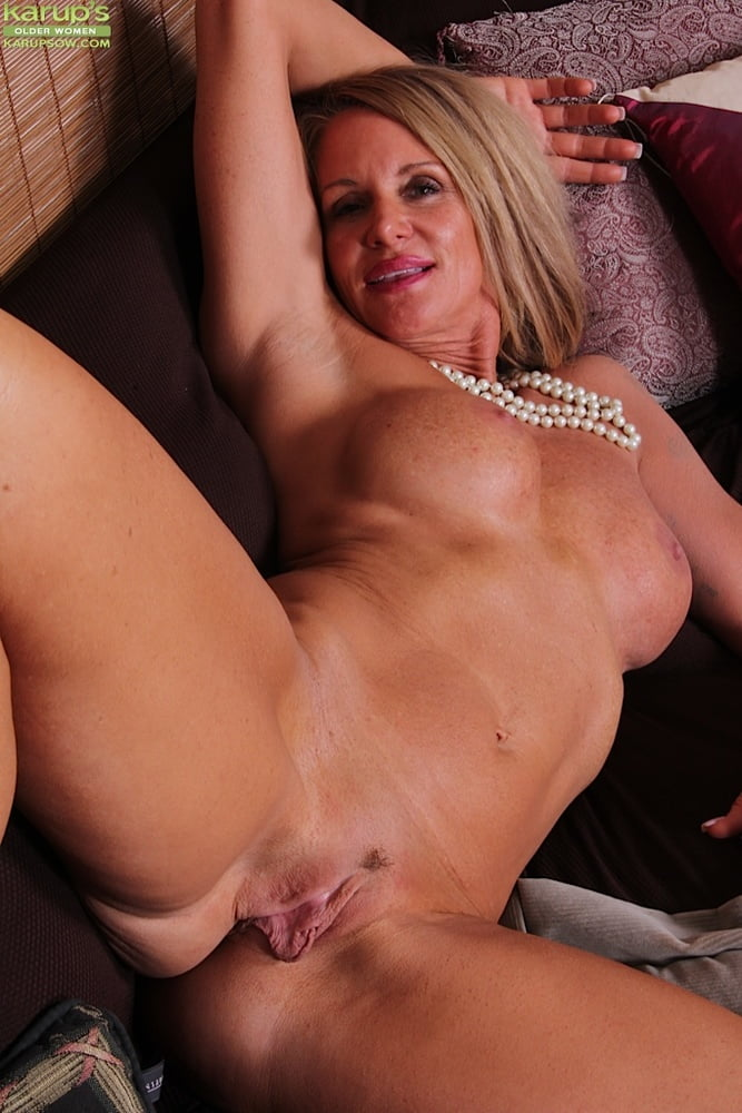 Moms tight wet hairy pussy