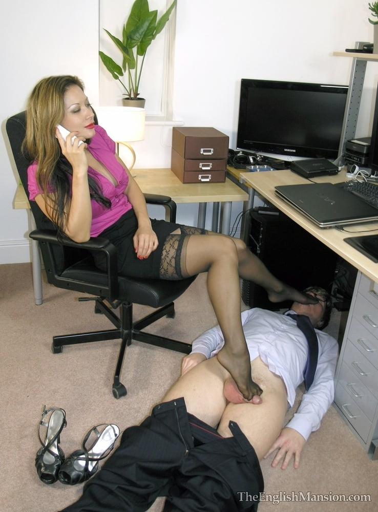 Футфетиш в офисе доминант