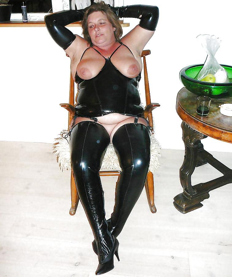 Geiles Stelzenluder auf Leder Sofa gefickt