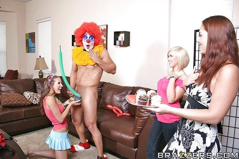 клоун выебал девушку постели, поднял