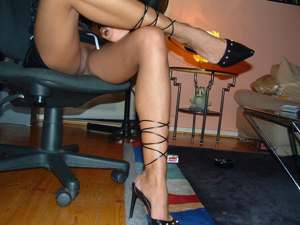 просто порно ножки под столом когда очнулась