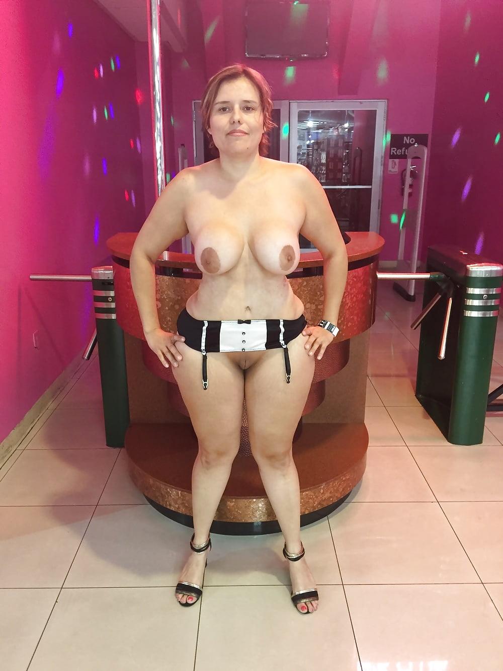 Geile praller erfreut sich mit dem gelben dildo Sie schlich in den sex shop
