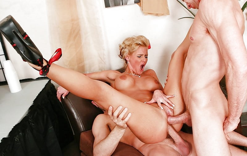 зрелую женщину трахают во все щели - 3
